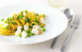 Pesto spaghetti is given a new breath of life with some peas, goats cheese and some extra pine nuts, fast simple and really really tasty!